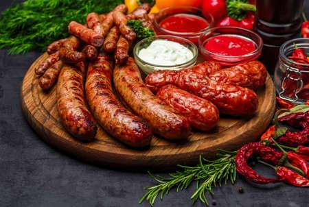 Saucisses grillées. Gros plan de saucisse sur le gril. Saucisses faites maison. Saucisses bavaroises