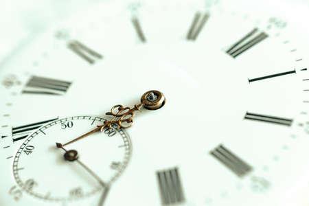 Conteggio dell'orologio in stile retrò. Concetto di tempo, storia, scienza, memoria, informazioni. Stile retrò. Sfondo d'epoca.