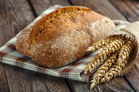 Sliced freshly baked ciabatta bread on wooden cutting board on rustic table. Italian food concept.  Foto de archivo