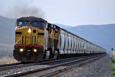 トラックを下って来る鉄道列車 写真素材