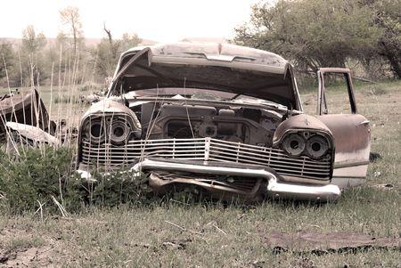 abandoned car: Un viejo coche abandonado en medio de un campo Foto de archivo