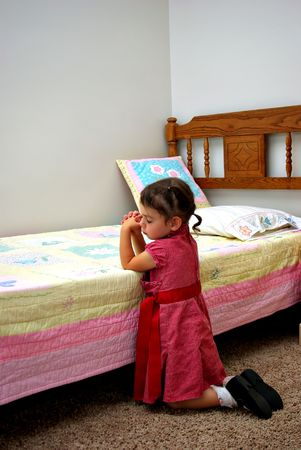 Ein junges Mädchen kniet sagte ein Gebet