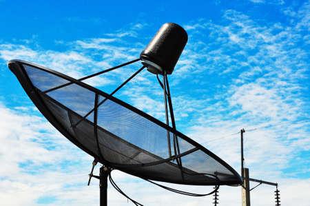 antena parabolica: Cielo azul con la antena parab�lica.  Foto de archivo