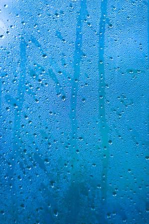 condensation: Gotas de agua sobre la pintura azul metálico