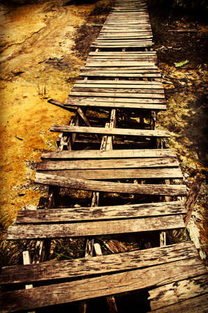 Gammele houten brug op de weg Stockfoto