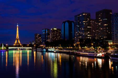seine: De Eiffeltoren in de nacht
