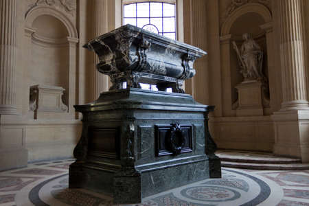 tumbas: José Napoleón tumba en Les Invalides en París. Editorial