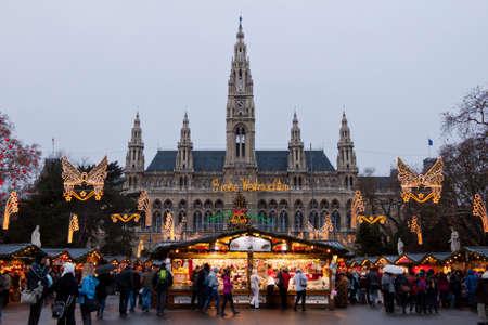 Viena, Austria, 21 de diciembre de 2011 - El Ayuntamiento de Viena (Rathaus) con el mercado de Navidad. En la plaza frente al edificio se encuentra uno de los mercados de Navidad más famoso del mundo.