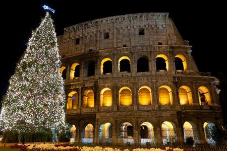 roma antigua: Coliseo y el �rbol de Navidad en Roma, Italia Foto de archivo