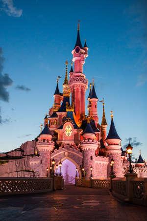Paris, Fransa, 2 Ağustos 2012 - Disneyland Paris Kalesi gün batımında yanar. Disneyland Paris Paris, Fransa'nın doğu banliyölerinde bir tatil ve dinlenme beldesidir.