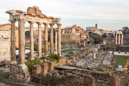 templo romano: Foro Romano en la oscuridad en Roma, Italia