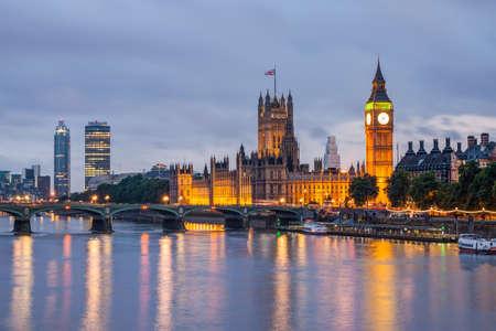 Big Ben ve batarken Westminster Bridge, London, UK