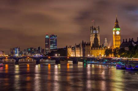 городской пейзаж: Биг Бен и Вестминстерский мост в ночное время, Лондон, Великобритания