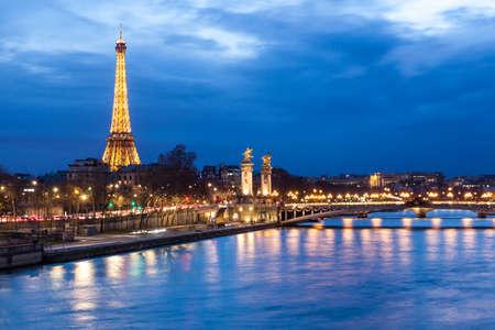 Paris, Fransa, 25 Aralık 2013 - batarken Eyfel Kulesi ve Pont Alexandre III Eyfel Kulesi yaklaşık 6 milyon ziyaretçi her yıl Fransa'nın en çok ziyaret edilen anıt