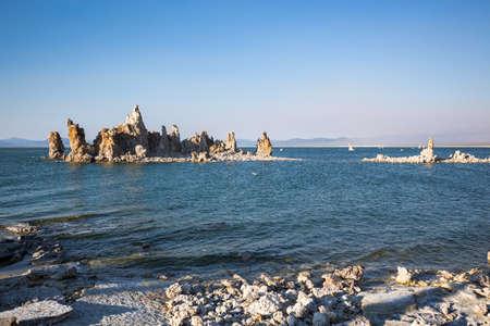 lee vining: Mono Lake with tufa rock in Mono County, California, USA
