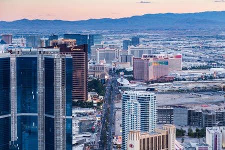 LAS VEGAS, NV - 12 agosto: Vista di Las Vegas Stratosphere Tower al tramonto il 12 agosto 2015 a Las Vegas, Stati Uniti d'America. Las Vegas è una delle principali destinazioni turistiche in tutto il mondo.