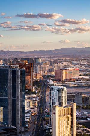 LAS VEGAS, NV - 12 agosto: Vista di Las Vegas Stratosphere Tower il 12 agosto 2015 a Las Vegas, Stati Uniti d'America. Las Vegas è una delle principali destinazioni turistiche in tutto il mondo.