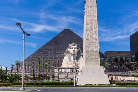 LAS VEGAS, NV - 12 agosto: View of hotel Luxor Las Vegas e casinò il 12 agosto 2015 a Las Vegas, Stati Uniti d'America. Luxor Las Vegas si trova sulla famosa Strip di Las Vegas.