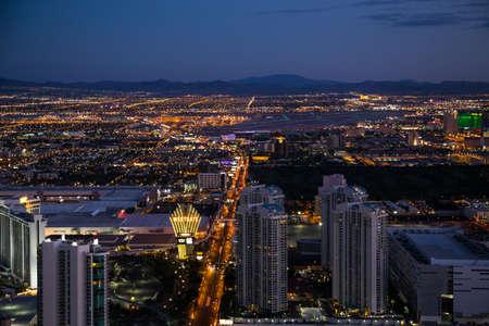 LAS VEGAS, NV - 12 agosto: Vista di Las Vegas Stratosphere Tower di notte il 12 agosto 2015 a Las Vegas, Stati Uniti d'America. Las Vegas è una delle principali destinazioni turistiche in tutto il mondo.