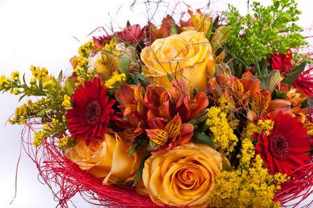 rosas amarillas: ramo de rosas, iris, gerberas sobre un fondo blanco