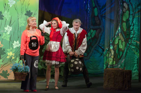 caperucita roja: DNIPROPETROVSK, UKRAINE - JUNE 14, 2015: Members of the Dnipropetrovsk State Russian Drama Theatre perform Curious Little Red Riding Hood.