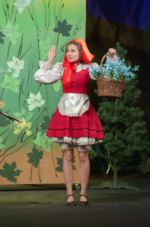 caperucita roja: Dnipropetrovsk, Ucrania - 14 de junio, 2015: Los miembros de la Russian Drama Dnipropetrovsk Estado de teatro realizan curioso Caperucita Roja.