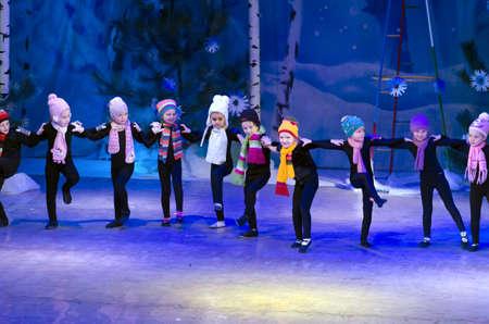 gnomos: Dnipropetrovsk, Ucrania - 25 de diciembre: Los niños no identificados, las edades de 4-6 años de edad, realice GNOMOS en el palacio del estado de los niños y jóvenes el 25 de diciembre de 2014 en Dnipropetrovsk, Ucrania