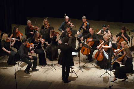 DNIPRO, Ukraina - 06 czerwiec 2016: Four Seasons Chamber Orchestra - głównym dyrygentem Dmitry Logvin wystąpi na Dramatu Rosyjskiego Państwowego Teatru Publikacyjne