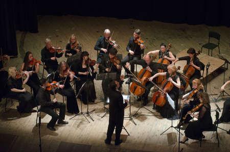DNIPRO, UKRAINE - 6 juin 2016: FOUR SEASONS Chamber Orchestra - conducteur principal Dmitry Logvin effectuer à l'Etat Théâtre dramatique russe Banque d'images - 60876714