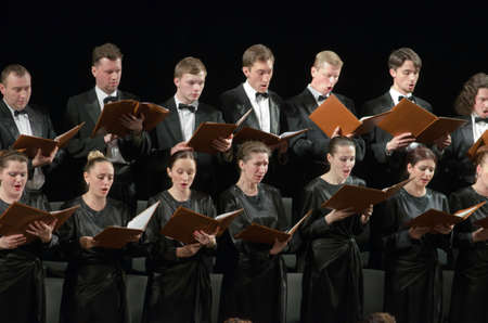 DNIPROPETROVSK, Oekraïne - 26 april 2016: De leden van het Koor van de Staatsopera en Ballet Theater voeren Requiem van Mozart.
