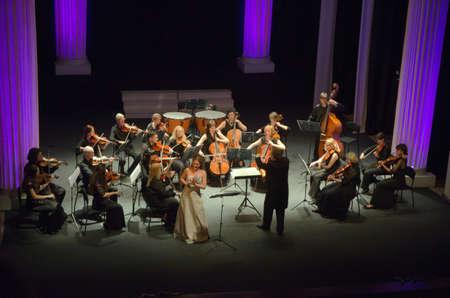 DNIPROPETROVSK, Oekraïne - 26 mei: De zanger Nadezhda Eremenko en FOUR SEASONS Chamber Orchestra - dirigent Sergey Burko uit te voeren op 26 mei 2015 in Dnipropetrovsk, Oekraïne