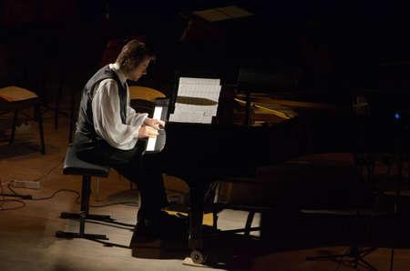 pianista: DNIPRO, Ucrania - 8 de octubre 2016: el compositor y pianista estadounidense Calvin Jones lleva a cabo en la Filarmónica.