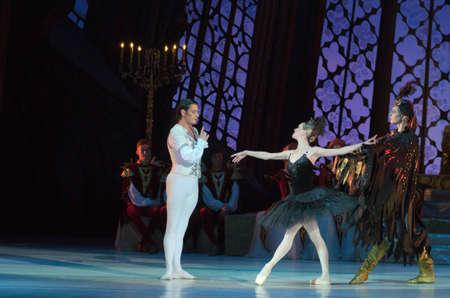 DNIPRO, Ucrania - 12 de junio 2016: Ballet del lago swan realizado por miembros de la Opera Estatal de Dnipropetrovsk y Ballet. Editorial