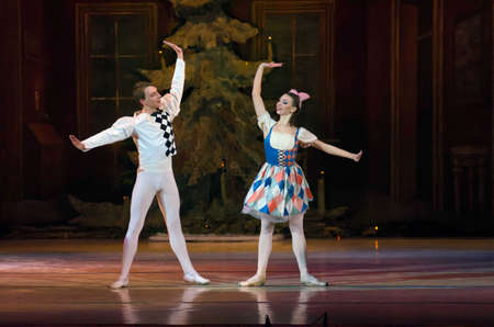 Dnipropetrovsk, Ucrania - 6 de diciembre: Ballet Cascanueces realizado por Dnipropetrovsk Opera y Ballet Teatro del ballet el 6 de diciembre de 2014 en Dnipropetrovsk, Ucrania.
