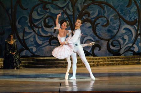 Dnipropetrovsk, Ucrania - 18 de octubre: El dormir ballet belleza realizada por Dnipropetrovsk Opera y Ballet Ballet Teatro el 18 de octubre de 2014 en Dnipropetrovsk, Ucrania. Editorial