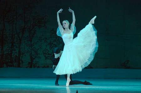 DNIPRO, UCRANIA - 17 DE FEBRERO DE 2017: Ballet clásico Giselle realizado por miembros del Teatro Dnipro Opera y Ballet.