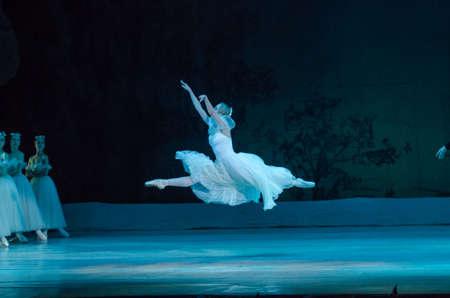 DNIPRO, 우크라이나 - 2017 년 11 월 19 일 : 클래식 발레 Giselle 드니 프로 오페라와 발레 극장의 구성원에 의해 수행. 에디토리얼
