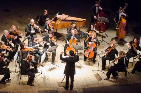 Dmitry Logvin, Ukraina - 12 marca 2018: Orkiestra Kameralna Czterech Pór roku - główny dyrygent Dmitrij Logvin występować w Państwowym Teatrze Dramatycznym.