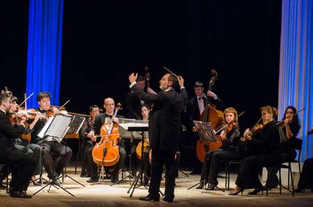 Dnipro, Ucraina - 12 marzo 2018: FOUR SEASONS Chamber Orchestra - il direttore principale Dmitry Logvin si esibisce allo State Drama Theatre.