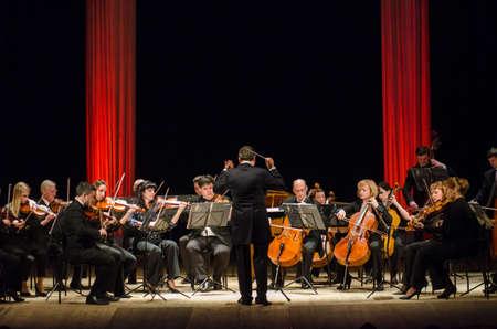 Dnipro, Oekraïne - 12 maart 2018: FOUR SEASONS Chamber Orchestra - hoofddirigent Dmitry Logvin presteren in het State Drama Theatre.