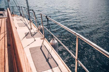 A bordo de un yate de motor o vela en el mar al atardecer. El concepto de cruceros marítimos o fluviales. Tranquilidad y libertad.