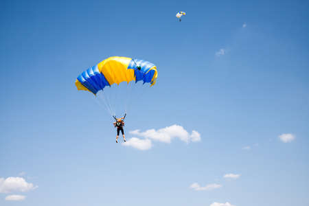 Skydiver soars in the blue sky. Acceptance Stockfoto