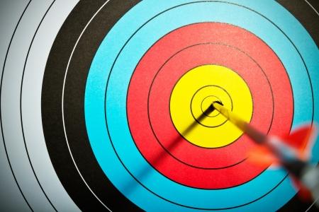 arco y flecha: Las flechas en la diana de tiro con arco Foto de archivo