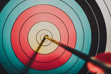 Flèche anneau de but a frappé dans le style vintage cible tir à l'arc