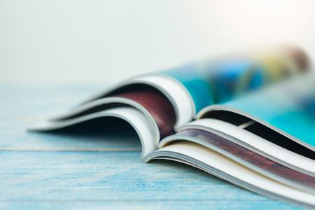 Pila de revistas en la mesa de madera Foto de archivo