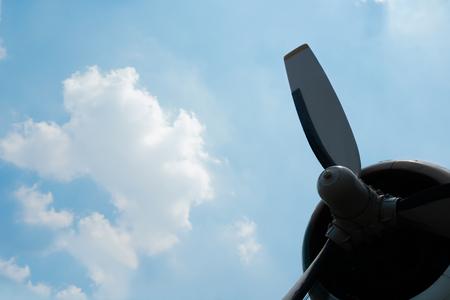 Silhouette Flugzeugpropeller mit blauem Himmel