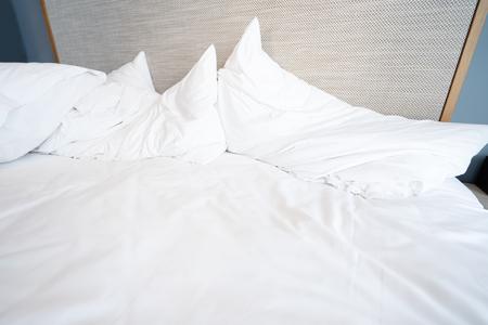 Puste łóżko po przebudzeniu rano.
