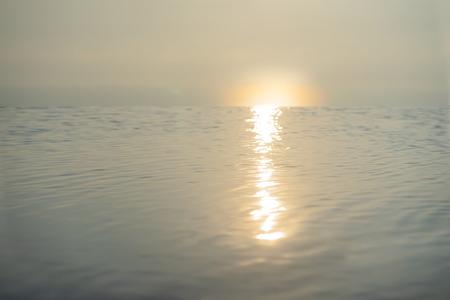 La piscina con puesta de sol para el concepto de vacaciones de verano