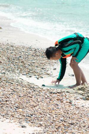 Blurred little boy walking at the sea. Standard-Bild - 124978457
