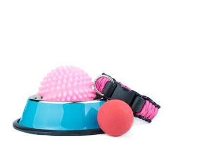 Concepto de accesorios para mascotas. Cuencos de acero inoxidable para mascotas con juguete sobre fondo blanco aislado.